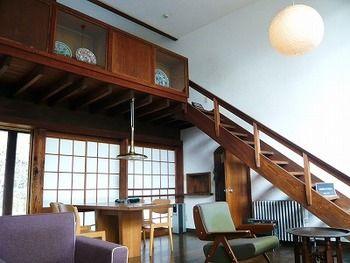 リビングの上部にロフト風の2階を設け、階段で結んでいます。