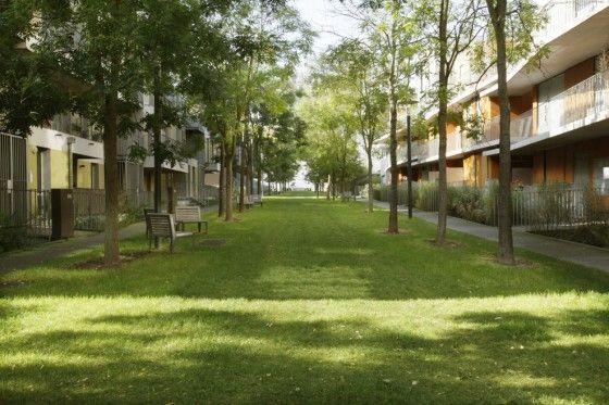 La Zone d'Aménagement Concerté (ZAC) Euralille 2 a été créée en 2000. Elle s'étend sur 22 hectares au sud de Lille Grand Palais, dans la continuité de la Zac Euralille 1, sur les terrains de l'ancienne Foire de Lille. Autrefois enclavé par le périphérique, ce territoire est aujourd'hui intégré au coeur de la ville de Lille grâce à la proximité des transports collectifs et à la dynamique de développement d'Euralille.  François Leclercq, Michel Guthmann et de paysagistes de l'Agence TER