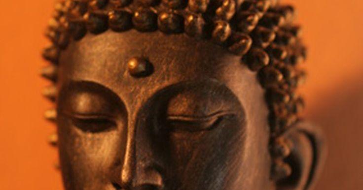 ¿ Por qué son largas las orejas de las estatuas de Buda?. Las representaciones de Buda varían mucho, dependiendo de los gustos del artista y las intenciones. Las diferentes posiciones, gestos con las manos y la ropa son símbolos de sus enseñanzas o varias etapas de la vida. Entre estas variaciones, los lóbulos largos de las oídos de Buda casi nunca cambian. Ellos simbolizan el viaje de su vida.