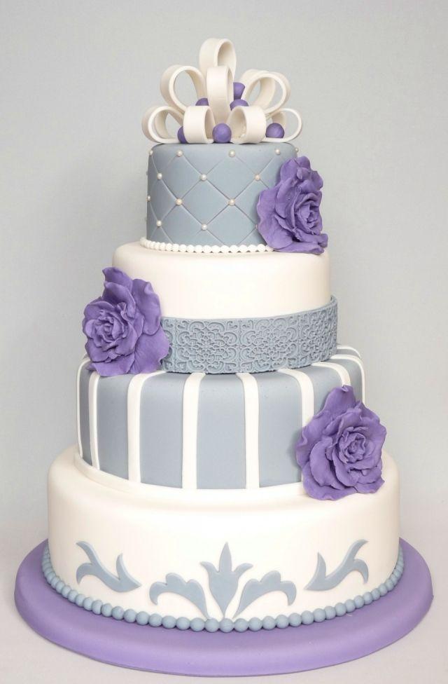 Bruidstaart met zilveren en paarse decoratie