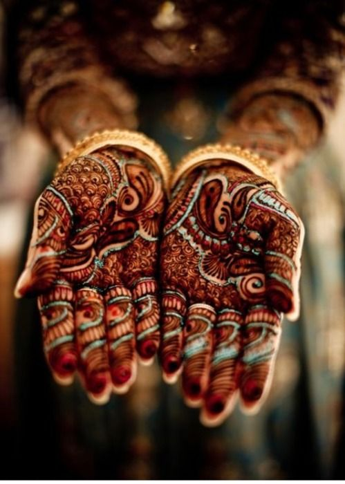 La cultura india está llena de detalles maravillosos. ¿Alguna vez os habéis hecho un tatuaje de henna? | Indian culture is full of magnificent details. Have you ever had a henna tattoo done?