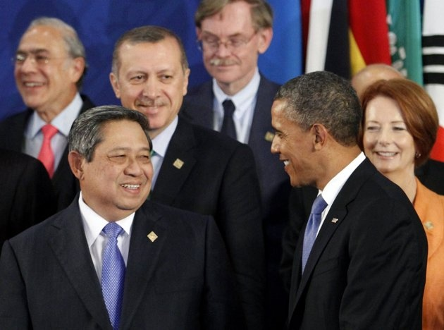 US President Barack Obama talks with Indonesia's President Susilo Bambang Yudhoyono (front L) as Turkey's Prime Minister Tayyip Erdogan (3rd L) and Australian Prime Minister Julia Gillard (R) look on during the group photo session of the G20 Summit in Los Cabos June 18, 2012. REUTERS/Andres Stapff