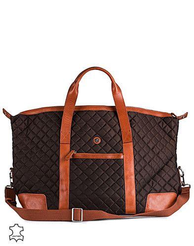 Weekendbag i läder och textil från SDLR. Quiltat material samt partier i äkta läder. Fack framtill med dragkedja samt logotype. Väskan innehåller tre fack varav ett för mobil och ett med dragkedja. Medföljer regler- och avtagbar axelrem. Tillverkad av 100% Läder.