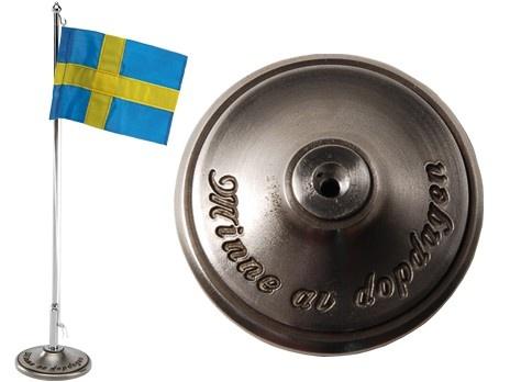 """Dopflaggstång """"Minne av dopdagen"""" H 30 cm med svensk flagga. Material: Tenn."""