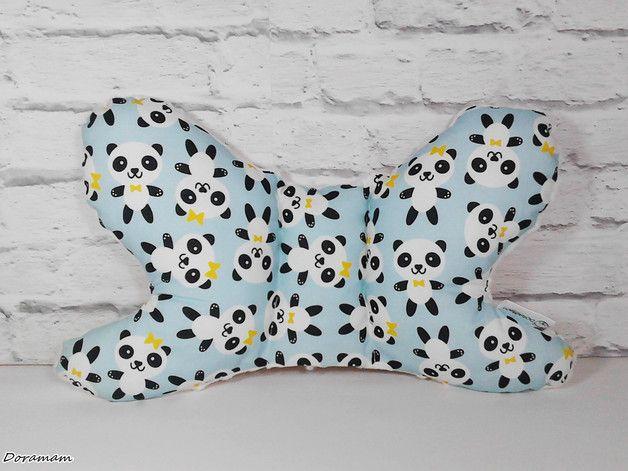 Poduszka MOTYLEK dzięki kształtowi doskonale dopasowuje się do główki dziecka, umożliwiając spokojny sen i komfort podczas jazdy samochodem czy wózkiem. Idealna dla maluszków od pierwszych dni...