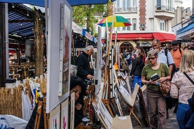 Essa é uma feira que acontece ali em Montmartre ao lado da Sacré cour. Geralmente os turistas do mundo inteiro se limitam a visitar a igreja e  a famosa Place des Tertres ocupada por pintores de rua que fazem caricaturas dos turistas e retratam a cidade. Mas Montmartre é um bairro boêmio muito artístico cool e cheio de surpresas. A Montmartre boêmia conhecida também como Pigale fica na parte de baixo do bairro ao longo das avenidas Clichy e Rochechouart. Ouve-se muito que a região é perigosa…