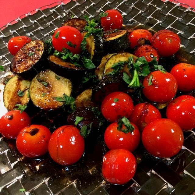 レイチェルちゃんのレシピで、夏の定番になりました。 バルサミコとお酢のダブルで、酸っぱさが身体に心地よく響きます〜  レシピの2倍量で作っていますよ〜ヽ(*^∇^*)ノ - 196件のもぐもぐ - レイさんの料理                           ズッキーニバルサミコガーリックソース   柚子胡椒風味 by 1125shino