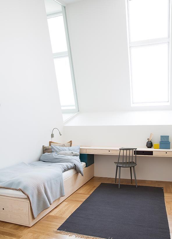 Plassbygd skrivebord og seng i hvitpigmentert bjørk.