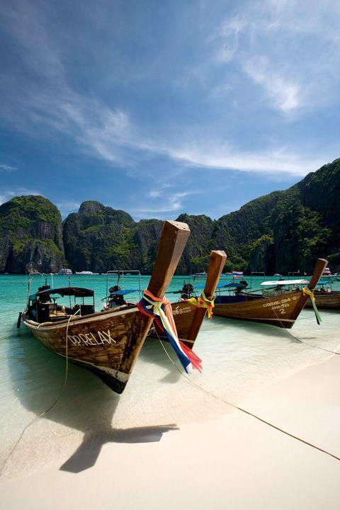 """KO PHI PHI, TAILANDIA.  La oscura historia de un mochilero en una isla  paradisiaca de La playa muestra hermosa arena, densa jungla y un casi desnudo Leonardo DiCaprio.  Descubre más """"Lugares de Película"""" en #FoodAndTravelMX"""