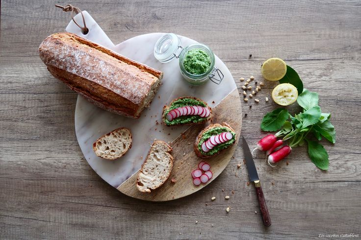 Une super idée anti-gaspi nousest venue : réaliser un pesto ! Une recette simple etappétissante à faire lorsque voustrouvez un botte de radis ultra-fraîche, si les fanes sont un peu défraîchies, faites plutôt une soupe ;)