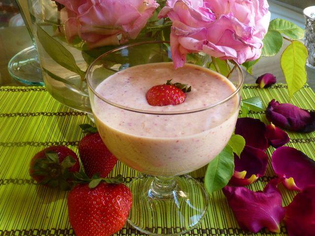 Batido de fresa y mango. Ver receta: http://www.mis-recetas.org/recetas/show/42776-batido-de-fresa-y-mango