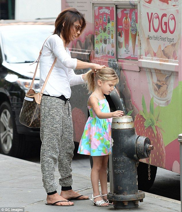 Bethenny Frankel and daughter Bryn indulge in healthy snacks during day of mother-daughter bonding at the park | Daily Mail Online