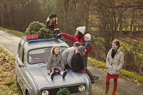 Doing something similar to this but using an old truck and for the fall- would love to do it for Christmas sessions!!