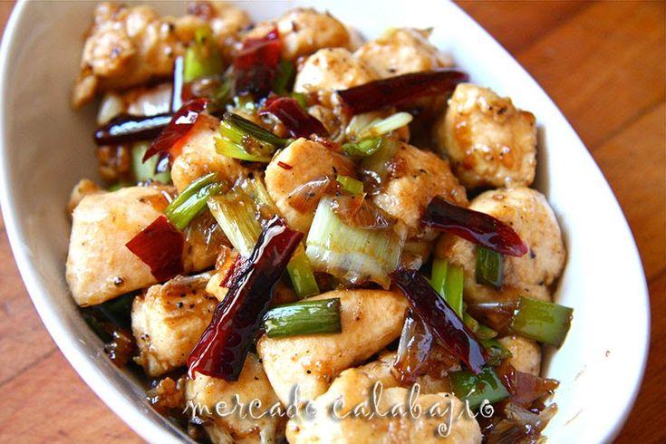 Seguimos con la cocina china, en este caso la cocina de Sichuan , se trata del Pollo con guindillas, K ung pao chicken, Gong bao ji ding o...