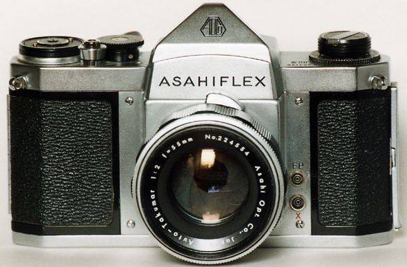 """Cet Asahi Pentax marqué Asahiflex semble appartenir à La série S. Notez l'ergot sur l'objectif destiné à """"armé"""" le ressort du diaphragme automatique. Ce type de diaphragme ne fonctionne qu'en fermeture. Document Pentaxklub.com"""