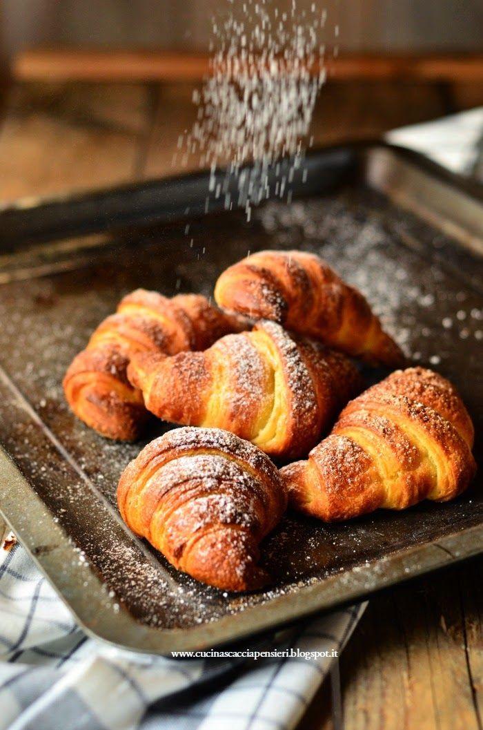 Innanzi tutto perchè cornetti e non croissants?   Perchè il croissant è francese....   e perchè sfogliati?   Per distinguerli da quelli n...