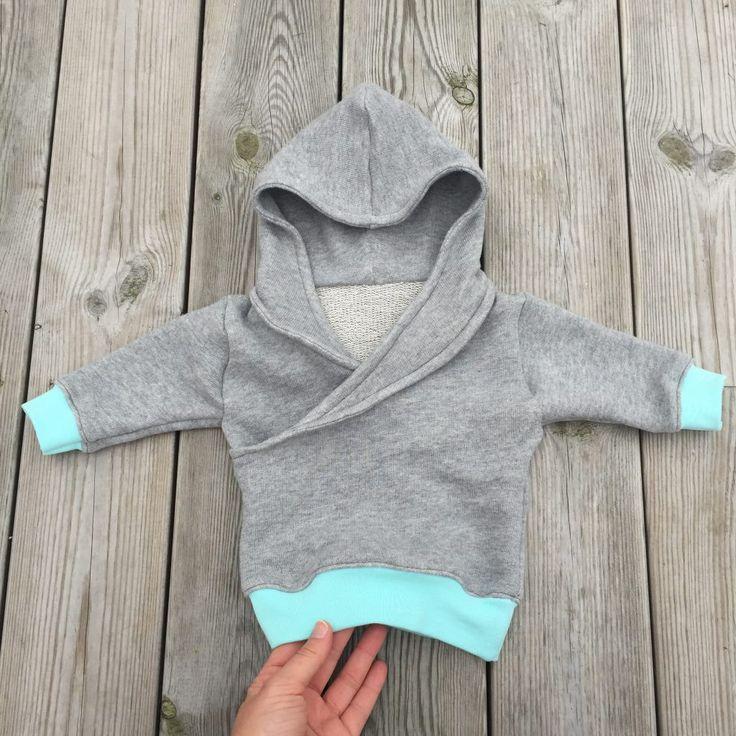 """A cute (but cool) hoodie. Love this color match! Fits both boys and girls. Free pattern: (mönstret är gratis, se länk) Har provat att sy i riktigt """"mystyg"""" med muddar. En söt liten hood…"""