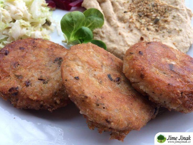 Po kořeněných jáhlovo - rýžových plackách se jen zaprášilo. Česnek tentokrát nevadil ani dětem. Doplněné humusem a svěžím salátem.