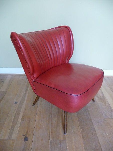 Jaren 50 coctailstoel. Roodkleurige skai zitting en houten pootjes. De stoel is in uitstekende vintage conditie, geen noemenswaardige beschadigingen of vlekken.  Afmetingen: h 65 x b 63 x d 72 cm. Zithoogte 39 cm.  Prijs: € 150,-  Vintage fifties coctail chair in excellent condition.  Take a look on our website www.vanoudedingen.nl
