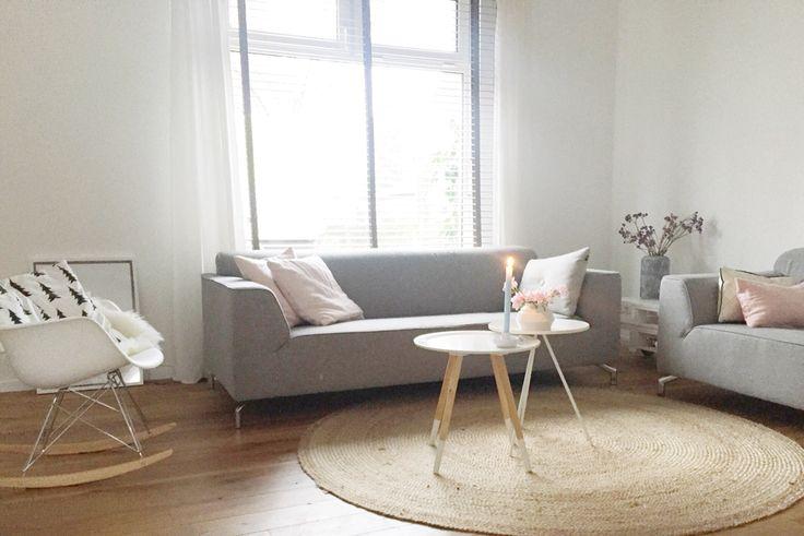 Mijn woonkamer www.psblog.nl met lichte kleuren en grijze banken