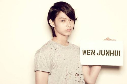 Wen Junhui of Seventeen (Pledis boy group) Birthday: June 10, 1996. Height: 180cm or 6'. Ideal Type: A girl who looks clean and have an innocent personality.Song That Describes Me: Beyond - 海阔天空 It talks about the importance of keep trying no matter what. I moved to Korea after having some acting experience in China. I'm 18 and I know it's quite a late start to become an idol. I know it's not going to be easy but I know I can do it!