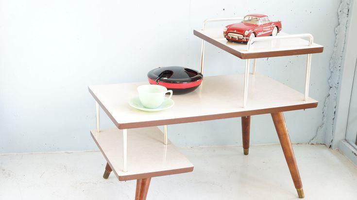 """1950年代、アメリカのヴィンテージ""""ステップテーブル""""。ミッドセンチュリー時代らしい、ちょっと個性的なデザイン。天板はメラミン加工がされているので、水気も安心、お手入れも簡単です。上段にはランプを置いてベッドの横で使ったり、ソファの横でサイドテーブルとして使ったり。ミッドセンチュリーアイテムとの相性は言うまでもなく抜群ですが、シンプルなモダンスタイルのお部屋にピリッとアクセントを効かせるアイテムとしても◎独特で存在感のある、ミッドセンチュリーデザインをぜひ取り入れてみてはいかがでしょうか♪~【東京都杉並区阿佐ヶ谷北アンティークショップ 古一/ZACK高円寺店】 古一/ふるいちでは出張無料買取も行っております。杉並区周辺はもちろん、世田谷区・目黒区・武蔵野市・新宿区等の東京近郊のお見積もりも!ビンテージ家具・インテリア雑貨・ランプ・USED品・ リサイクルなら古一/フルイチへ~"""