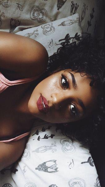 Despertarte en la mañana. Girar en la cama y encontrarte con esos ojos que te miran y unos labios sensualmente gruesos...