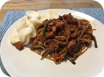 Surinaamse Bami met Sperziebonen - Ingrediënten: spaghetti, 1 ui, 2 teentjes knoflook, 1 theelepel sambal, gemberpoeder, Chinese vijfkruidenpoeder, 1/2 Maggiblokje (zo'n vierkante), 2 kippen