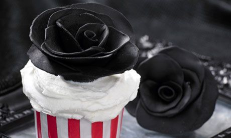 Black rose cupcakes recipe.  Perfect for Anti-Valentine's Day!Halloween Parties, Halloween Cupcakes, Harrods Zombies, Rose Cupcakes, Cb400 Zmb Rose 0004, Lilies Vanilli, Last Suppers, Cupcakes Rosa-Choqu, Black Roses