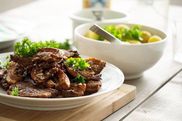 Opskrift på lækker stegt flæsk med persillesauce, tilberedt i ovnen og serveret med nye danske kartofler og bedste persille sauce - få opskriften her