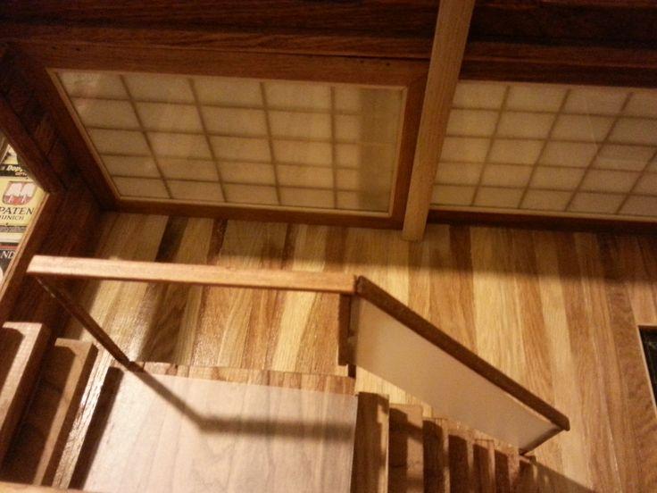 vista desde lo alto de la escalera. todas las paredes, suelos y techos de la casita estan construida con listones de 2x1 de roble usado para parquet.