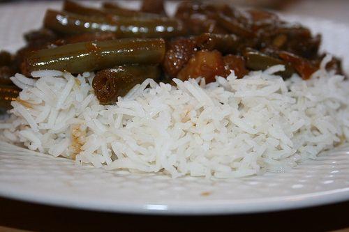 Babi Ketjap met witte rijst recept. Speklappen in een saus van ketjap. Simpel en snel recept met ui, knoflook, gember, sambal trassi, ketjap en wat zout.