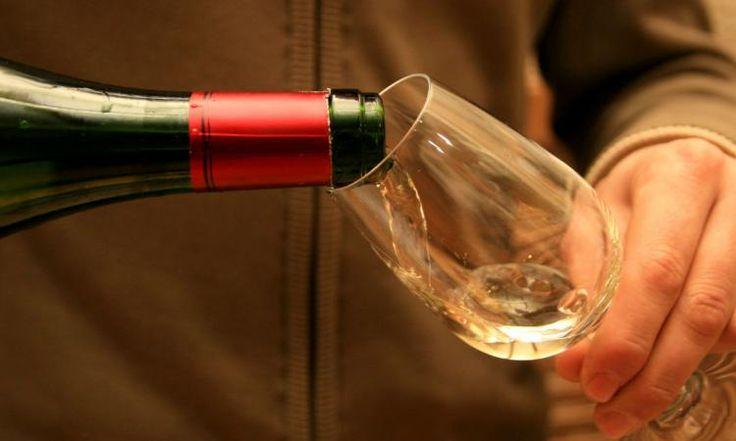 Vous voulez faire refroidir votre bouteille de vin rapidement? Sortez les glaçons et… ceci!