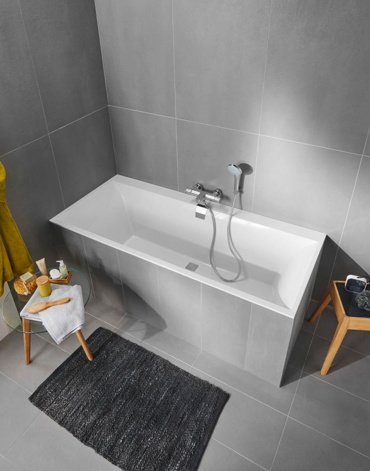 Offrez-vous une baignoire élégante en optant pour le modèle Divine conçu en Quaryl® . Disponible en 160, 165 et 180 litres pour un confort d'utilisation optimal, elle est munie d'un système de vidage central qui permet une utilisation biplace.