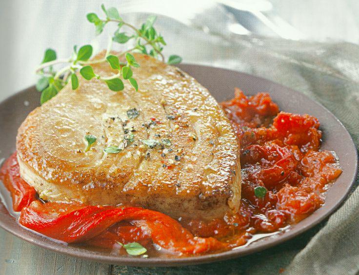 Tonijn à la basquaise, een recept met Franse en Spaanse invloed. Tonijn met tomaat, paprika, aubergine...