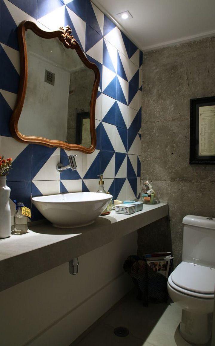 Lavabo com azulejo azul e branco e espelho com moldura em madeira