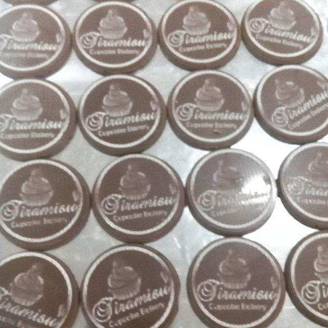 Es que tu marca nunca fue tan deliciosa como con nuestros #chocoartes! destacatr del resto y dale a tus.postres o.bebidas un toque.exclusivo, elegante,.unico y sobretodo DELICIOSO.. Atrevete como nuestros amigos de @tiramisubakery  #chocolovers  #pastry #dessert #venezuela #chile  #argentina  #aruba #españa #trinidadytobago  #ecuador  #miami #newyork #Mexico #chocolate #chocolat #cacao #chocolovers #love #amor #whiteChocolat #chocolatedeleche #weddingplanner #eventplanner #boda #bautizo…