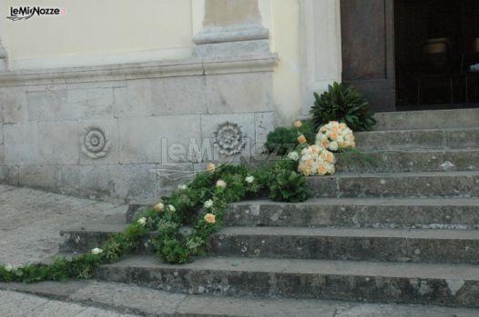 http://www.lemienozze.it/gallerie/foto-fiori-e-allestimenti-matrimonio/img30177.html Decorazione con fiori per il matrimonio bianchi ed arancioni con aggiunta di foglie e piante per la scalinata della chiesa