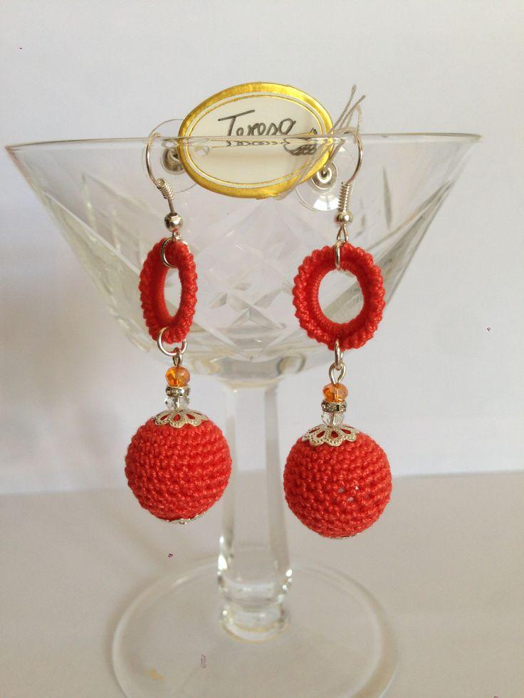 #Orecchini con perle sintetiche e anellini rivestiti in cotone.Perline di cristallo. Mod. 27 Color Rs.