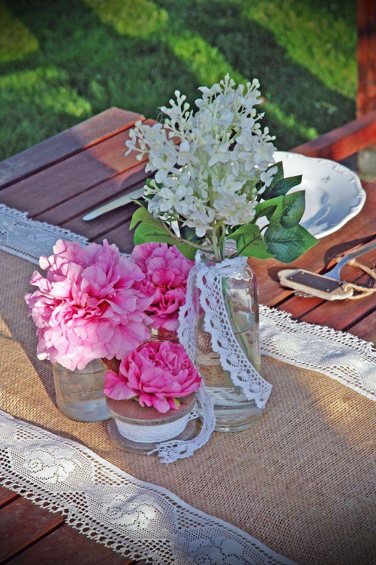 Rusztikus asztaldekoráció bazsarózsával
