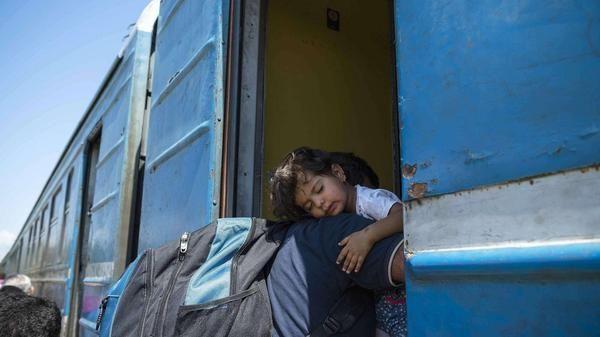 Wende in Asylpolitik. Deutschland setzt Dublin-Regeln für aus Syrien Flüchtende aus. tagesspiegel.de