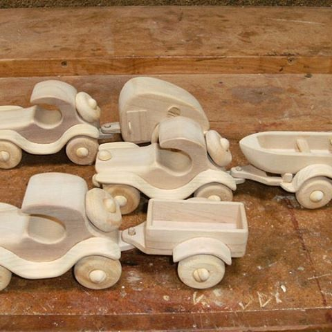 Aceste masini frumoase lucrate manual, cu rulote, bărci și remorcă disponibile @ pallet2play #handcrafted #handmade # pallet2play #woodentoys #woodentoy #woodencar #woodenvehicles #sustainability #ecotoys #wood #childrenstoys #supporthandmade #australianmade #madewithhands #heritagewoodentoys #afterpay #christmas #christmaspresent