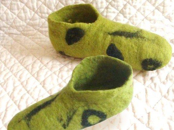 Laine feutrée : fabriquer des pantoufles La laine feutrée permet de se fabriquer des habits et des accessoires sans avoir besoin de savoir tricoter ou coudre : un vrai plaisir et de bonnes idées de cadeaux à faire !