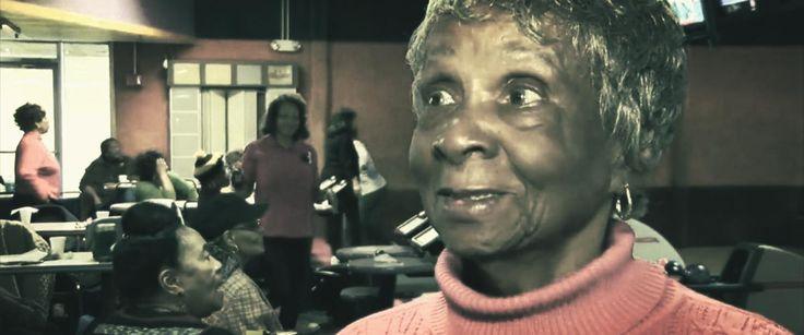 All'età di novantadue anni nonna Fritz viveva ancora nella sua vecchia casa di campagna a due piani, preparava le fettucine fatte in casa e faceva il bucato con il vecchio strizzatoio nello scantinato. Sempre da sola coltivava anche il suo orto, grande abbastanza da sfamare tutta la contea... [..]