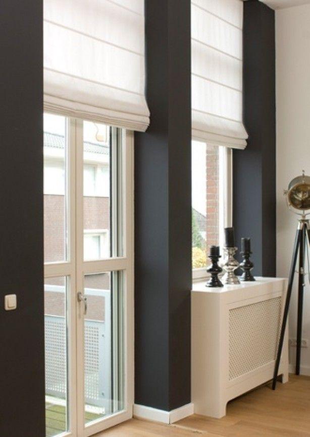 White roman shades black walls grijs witte raambekleding