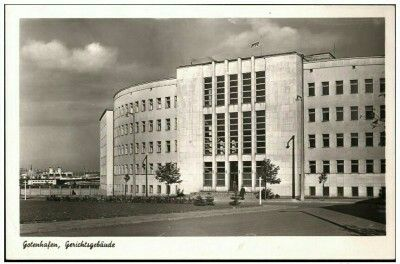 Gdynia budynek Sądu Rejonowego Wyd. Julius Simonsen Oldenburg in Holstein W tle kominy SS General von Steuben