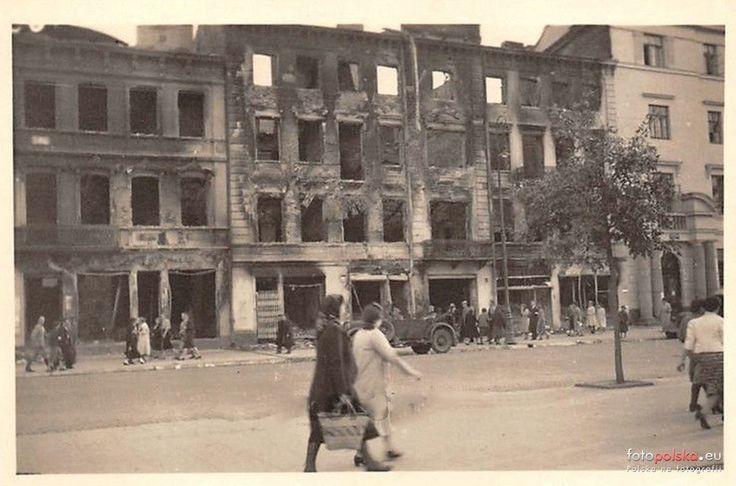 Lublin rok 1939/40, zniszczone kamienice przy Krakowskim Przedmieściu 46 i 48. Z prawej strony widoczne wejście do budynku Poczty Głównej.