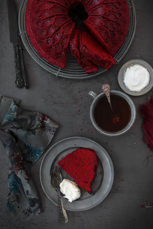 Red Velvet Bundt cake.  1. I'd like this bundt cake pan, gotta get it.  2. Spanish speaking amigas! Necesecito tu ayuda para translate this recipe.  Por favor.