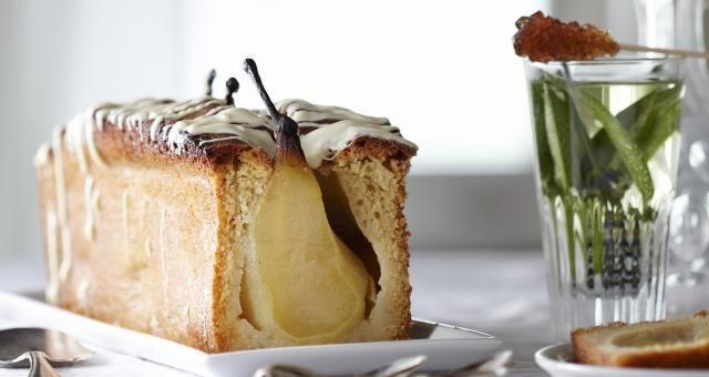 Kardemomcake met hele gepocheerde peren en witte chocolade