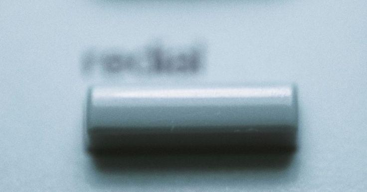 Cómo revisar el correo de voz en un teléfono celular Samsung. Revisar tu correo de voz en un teléfono celular Samsung se puede hacer desde el teléfono celular real o desde un teléfono fijo. El sistema de correo de voz automatizado de Samsung guía a los propietarios de teléfonos celulares a través de los pasos iniciales de la creación de un buzón de voz, y continúa dando instrucciones sobre qué teclas pulsar ...